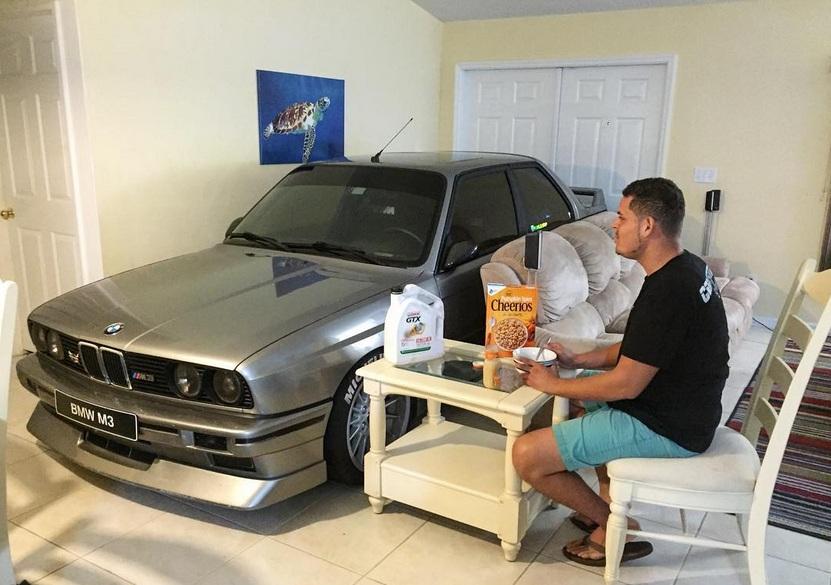 Владелец коллекционной BMW спрятал ее от урагана в своей гостиной