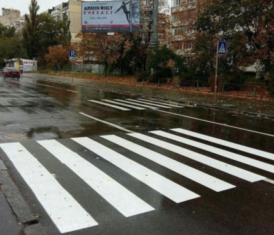 Странный пешеходный переход в Киеве смутил даже дорожников