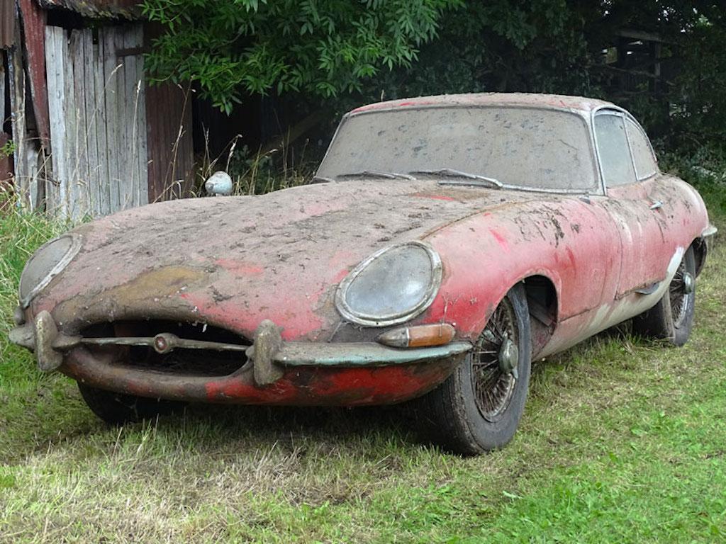 В полуразрушенном доме нашли заброшенный Jaguar 1965 года