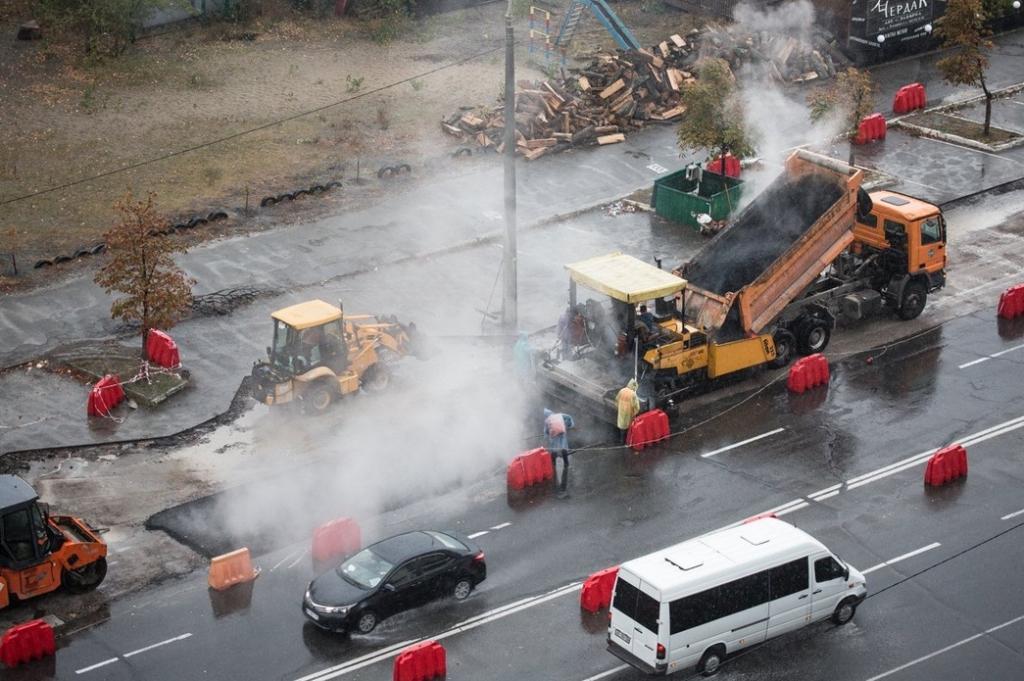 Ремонт дорог по-киевски: асфальт укладывают под дождем