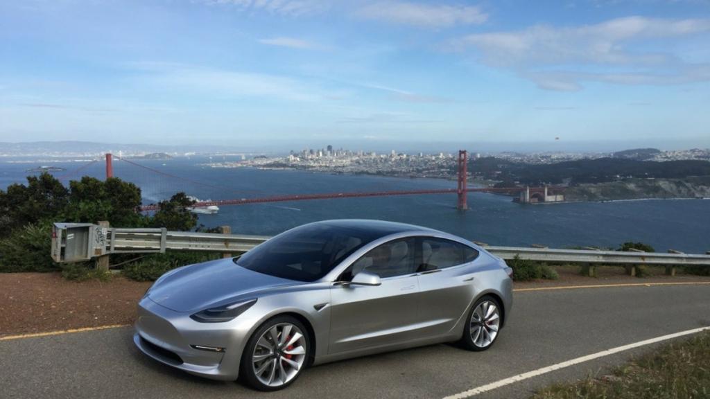 Бюджетный электромобиль Tesla оборудовали крышей ссолнечными батареями
