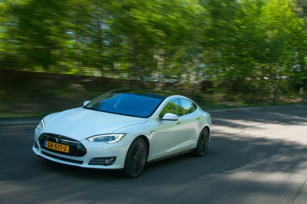 Как избежать ДТП – спасет разгон Tesla Model S
