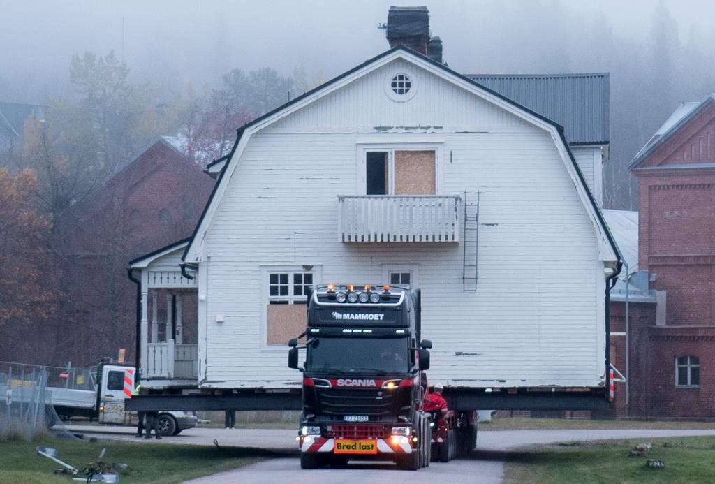 Грузовик спас жилой дом от сноса