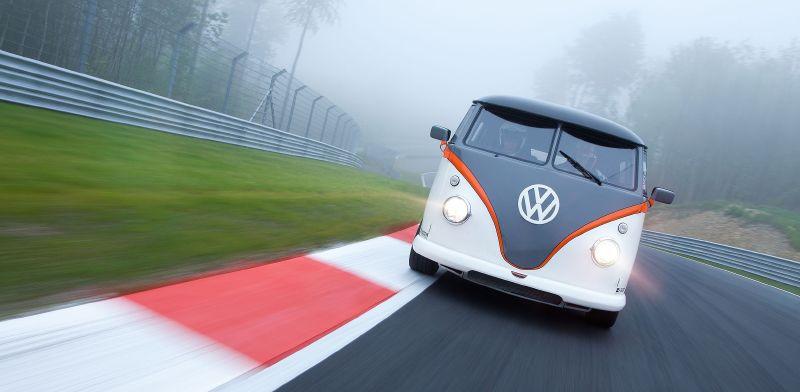 Танцующий пенсионер: микроавтобус VW T1 с 530-сильным мотором Porsche