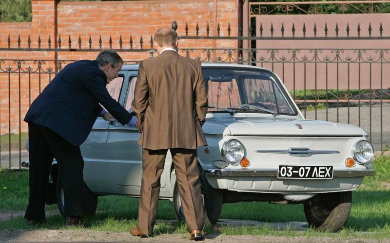 Буш и Путин возле Запорожца