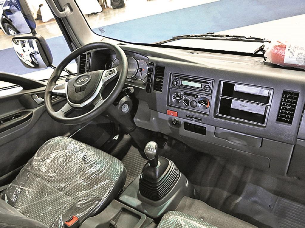 В кабине JAC N120 модерная приборная панель и многофункциональный руль.
