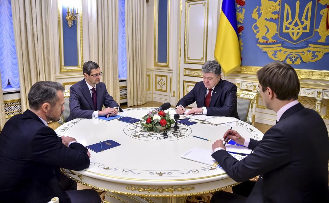 П.Порошенко подписал законы остроительстве новых дорог
