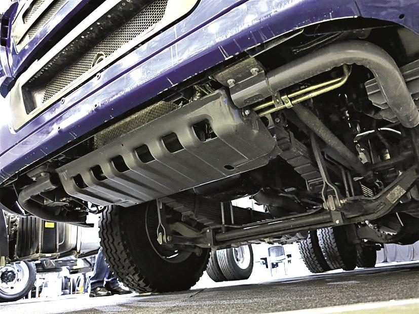 Под бампером самосвала Howo T5G – стальная защита картера двигателя.