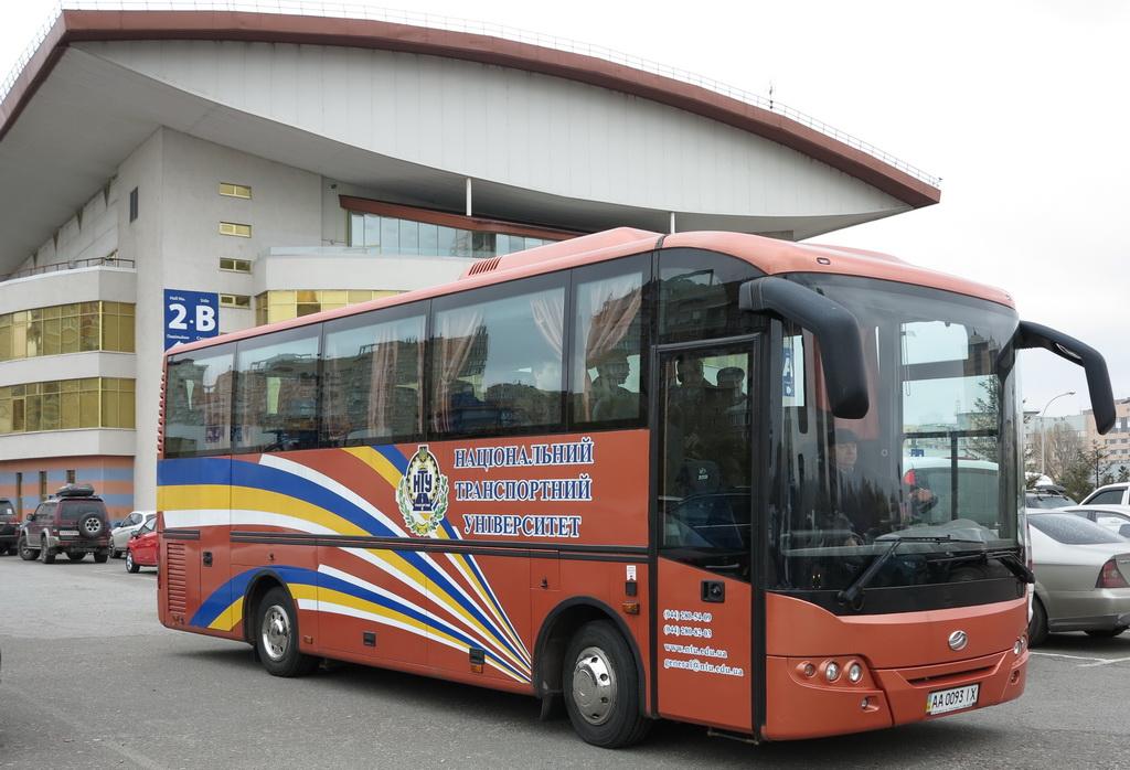 Туристический автобус ЗАЗ A10L50 работает в частности в Национальном транспортном университете