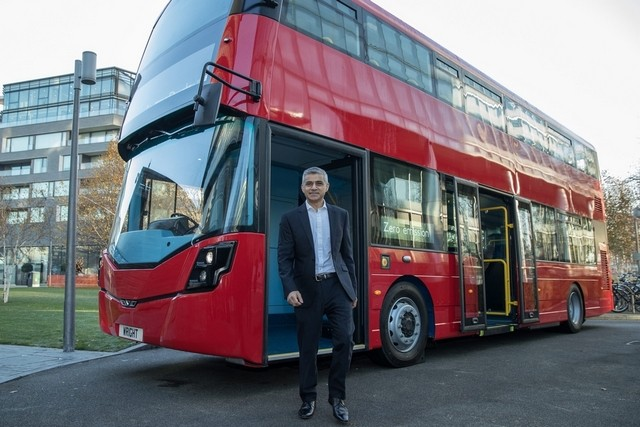Мэр Лондона Садик Хан у первого в мире двухэтажного автобуса на водороде, от компании Wrightbus