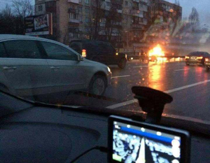 ВКиеве напроезжей части вспыхнуло авто