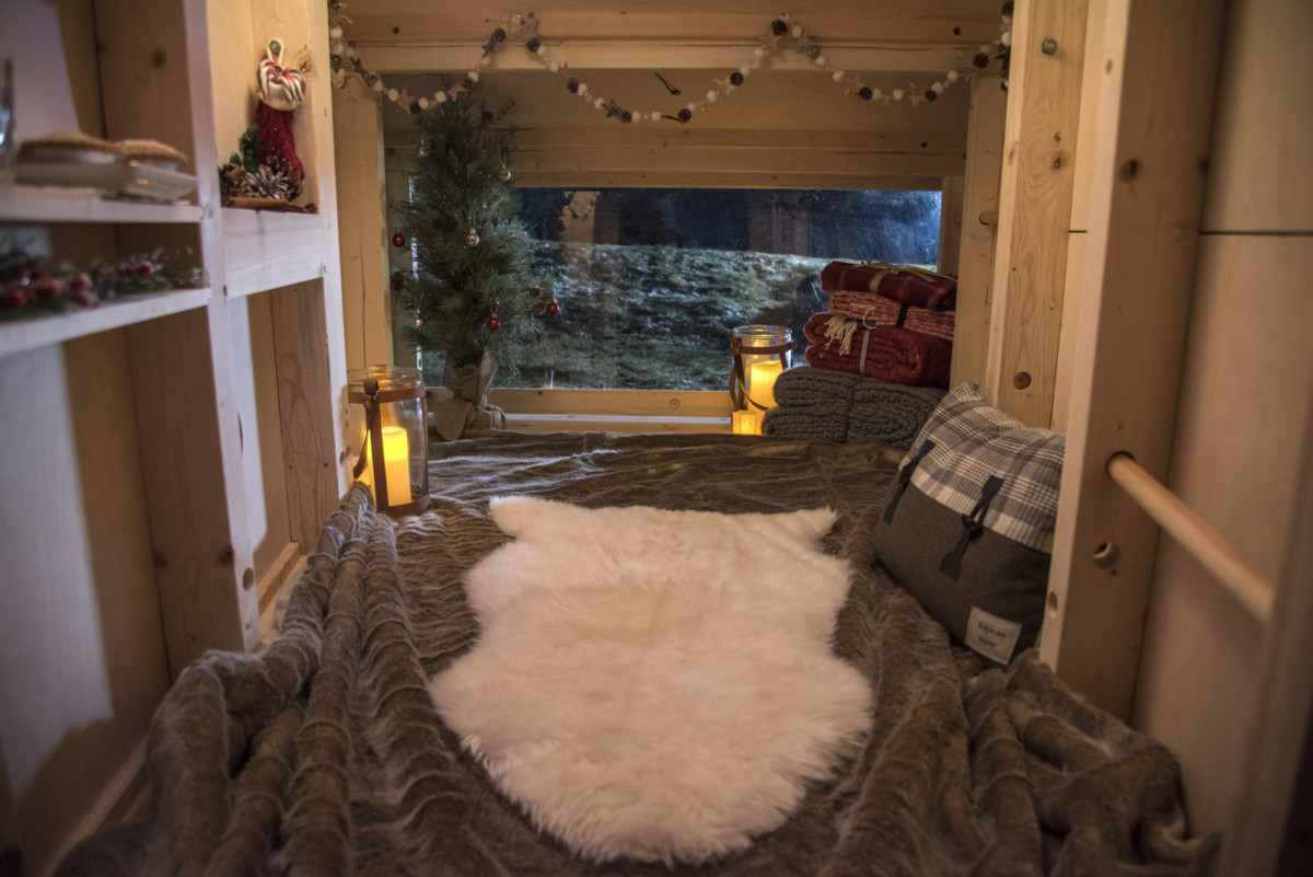 land-rover-discovery-sport-christmas-cabin-06