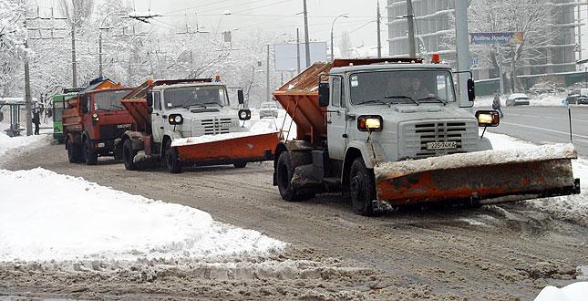 В Киеве снег убирают 250 единиц техники