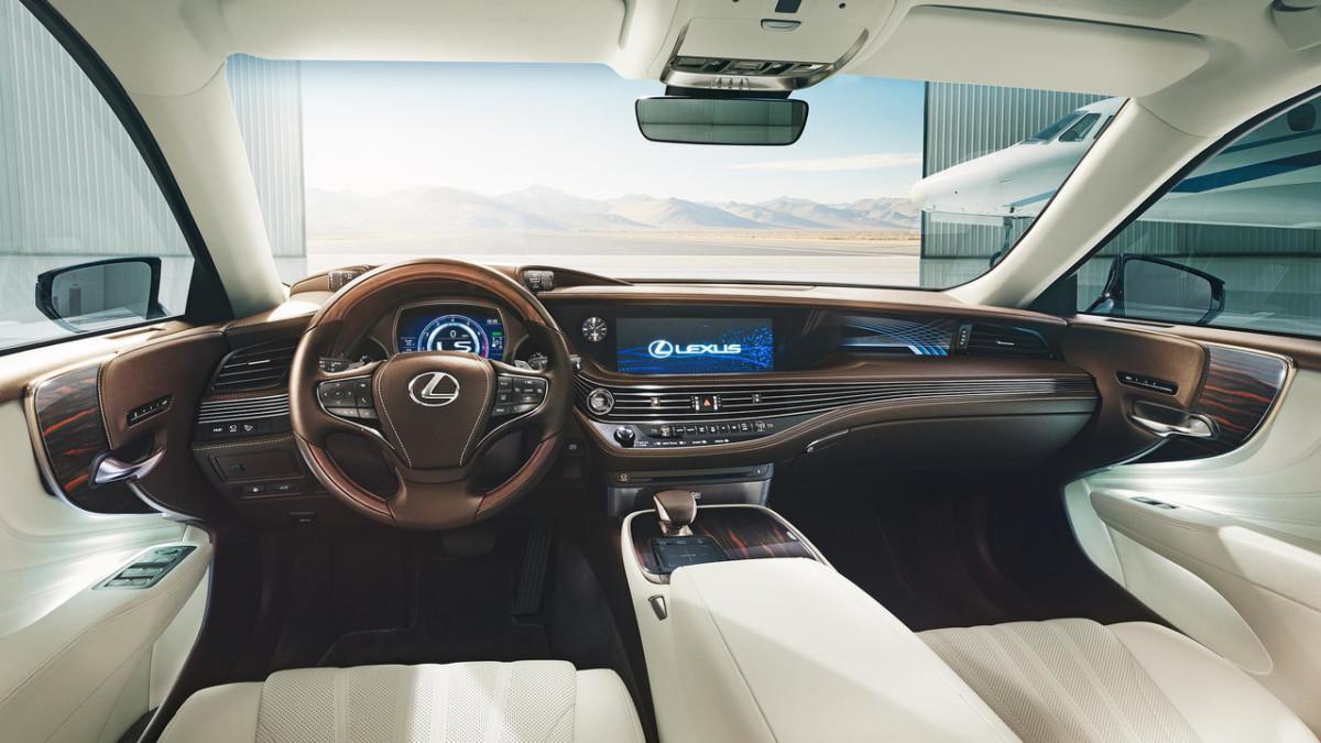 Lexus LS 500 2018. Первые живые фото нового флагманского седана