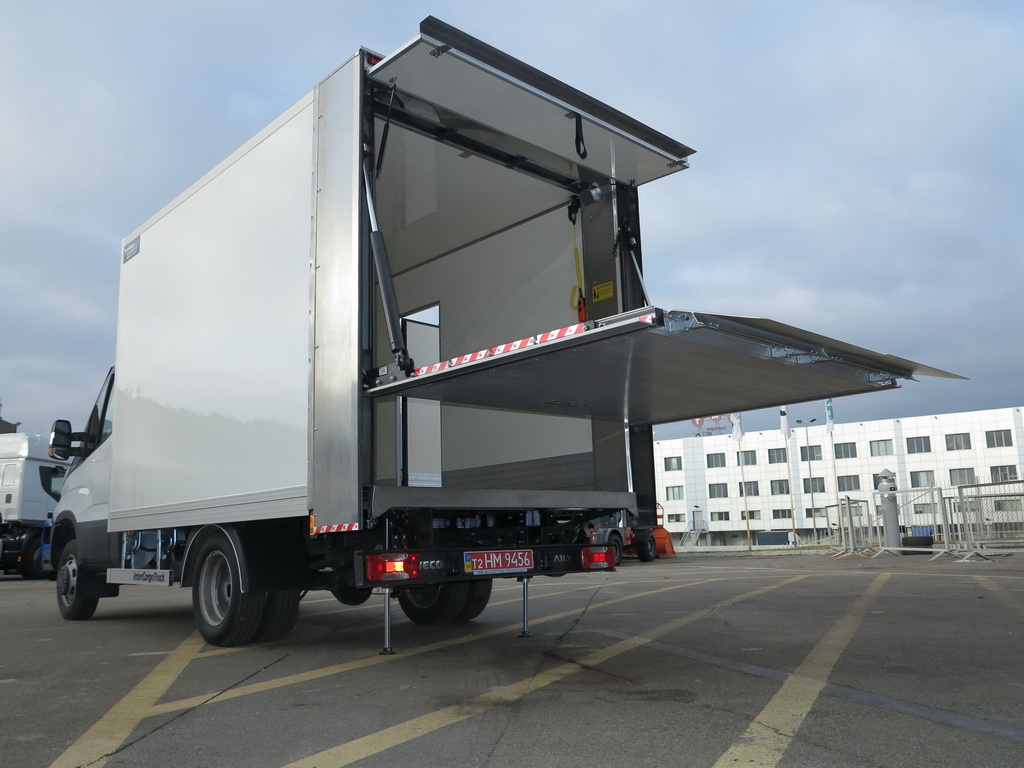 IVECO Daily 35-150 c изотермическим фургоном InterCargoTruck и вертикальным гидробортом Dhollandia.