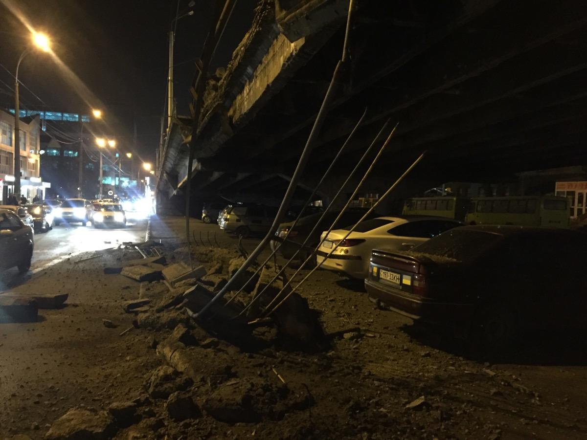 В Киеве на Шулявке обрушился мост: пострадал автомобиль