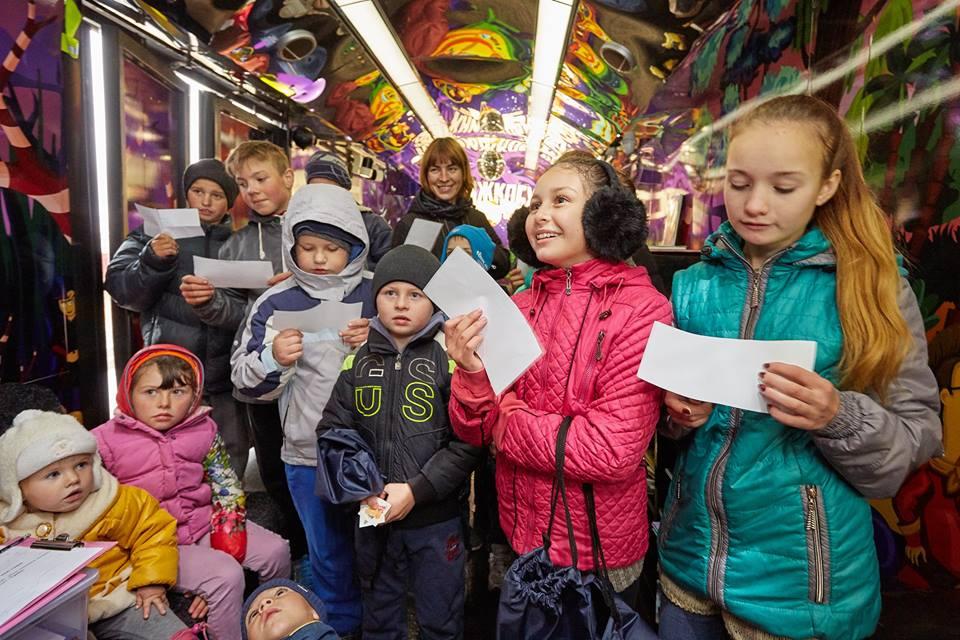 Книжный автобус посетили уже тысячи детишек