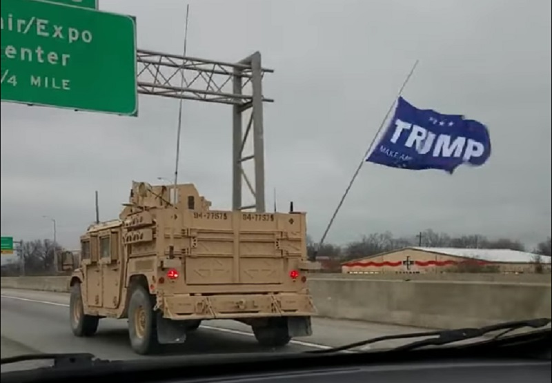 Хаммер с флагом «Трамп сделает Америку снова великой»