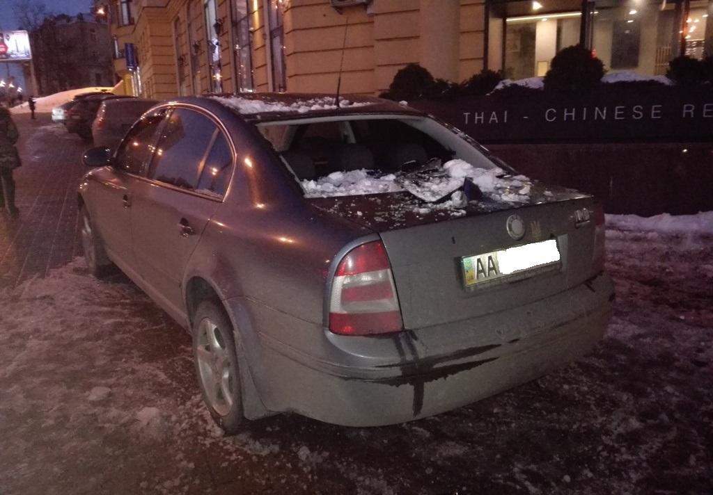 Вниманию водителей: с крыш падают сосульки и снег