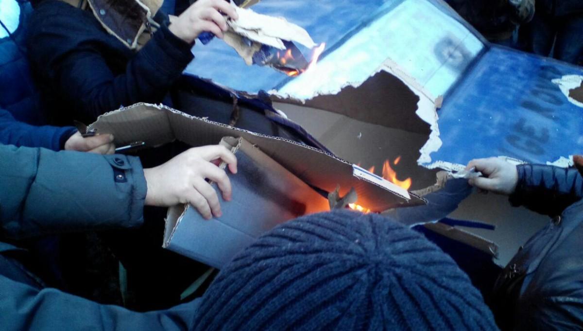 Возле Верховной Рады сожгли Range Rover