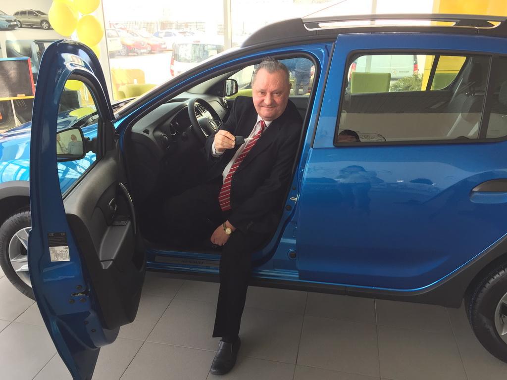 Главный выигрыш акции Автомобиль года в Украине 2017 – ключи от новенькой машины Renault Sandero Stepway сегодня был вручен победителю. Им стал Липовский Виталий Всеволодович.