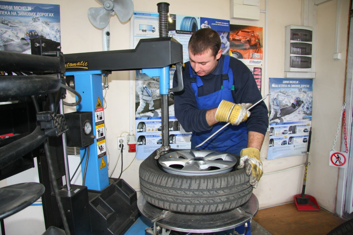 Чтобы не повредить лакокрасочное покрытие литых дисков, шиномонтажный станок должен иметь пластиковые накладки на захваты станка