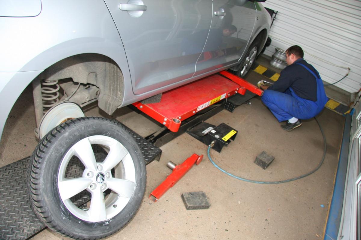 Подъемники, которые вывешивают сразу четыре колеса более актуальны, так как исключен перекос кузова и падение машины с домкрата