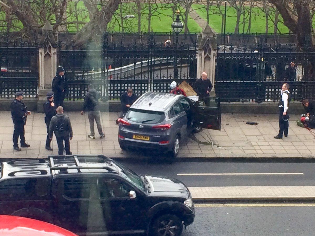 Теракт в Лондоне: автомобиль сбил 5 людей и протаранил ограду парламента