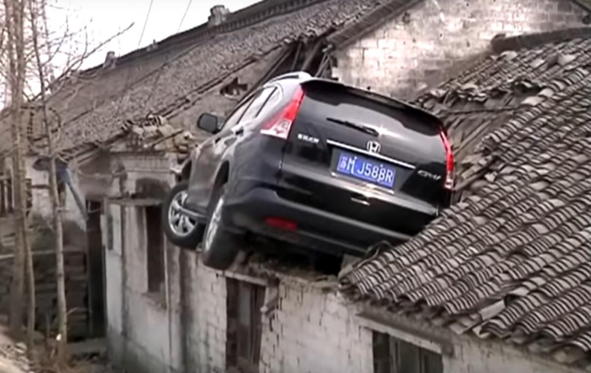 Каскадер поневоле: водитель случайно припарковал авто на крыше дома