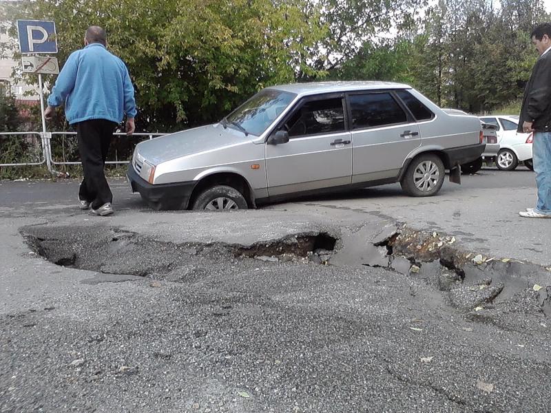 Как получить компенсацию за повреждение авто из-за ямы на дороге