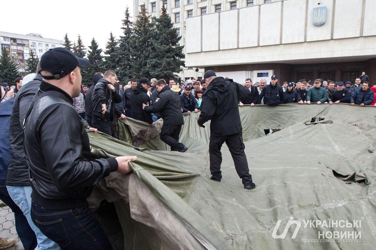 Маршрутчики заблокировали здание Киевской ОГА