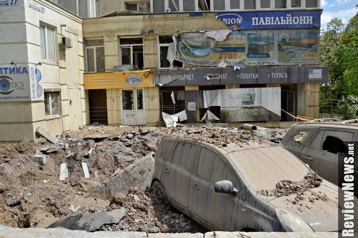 В Киеве ЧП: фонтан горячей воды из-под земли повредил автомобили