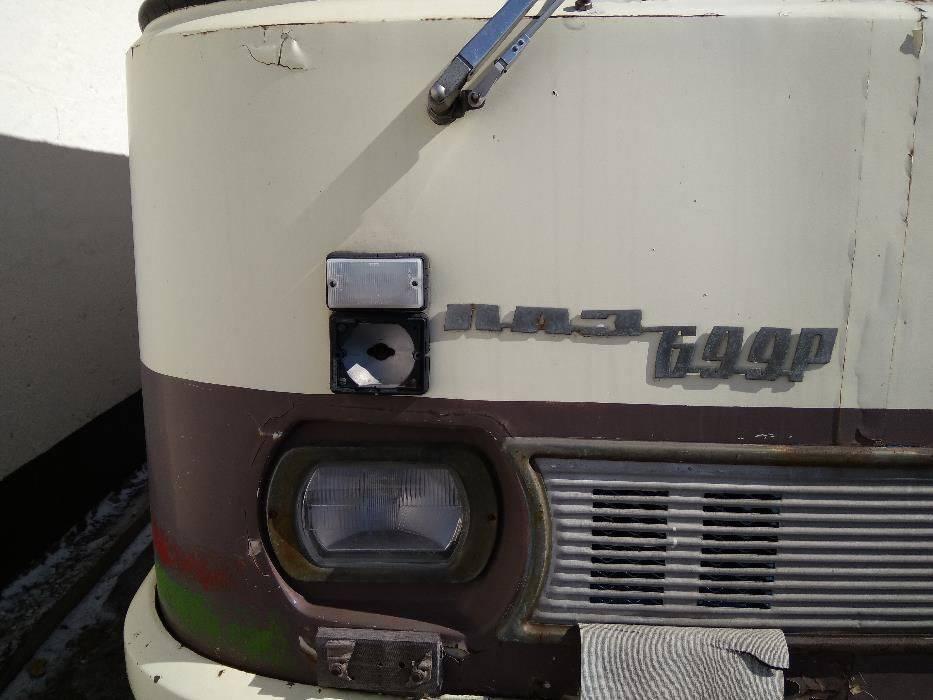 Прямоугольные фары и алюминиевая решетка радиатора говорит о том, что автобус до 1981 г. выпуска