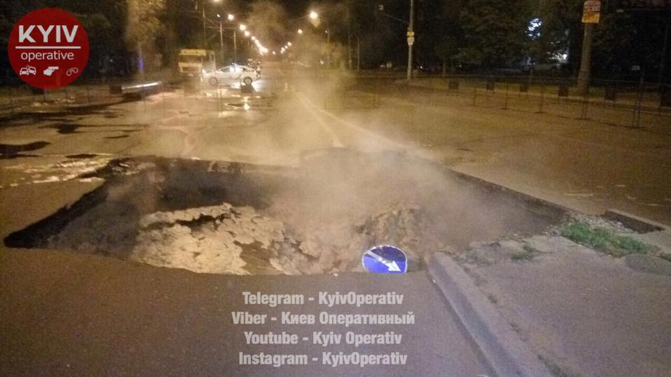 В Киеве провал асфальта спровоцировал транспортный коллапс