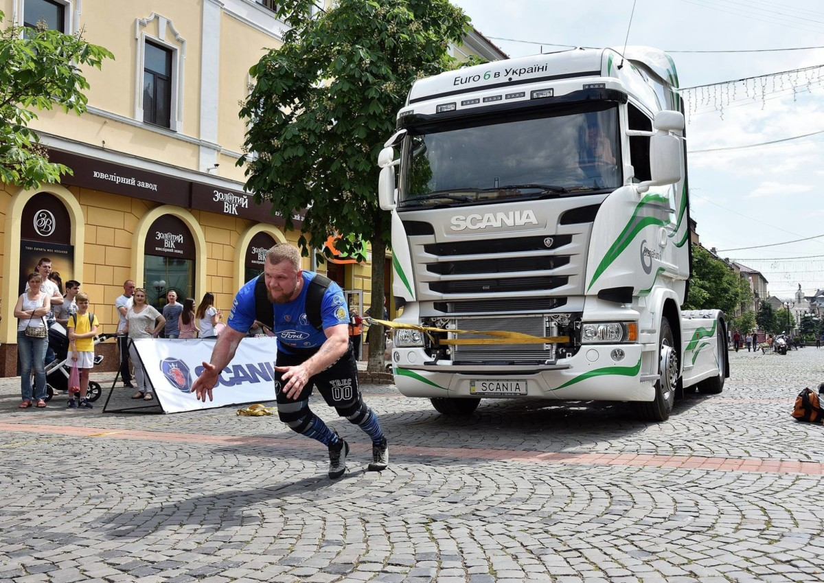 Грузовик Scania в Мукачево тянули сильнейшие люди планеты