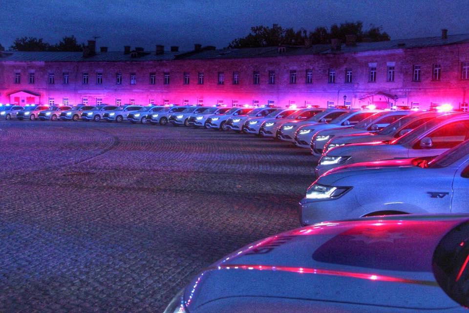 шоу с новыми полицейскими автомобилями в Киеве