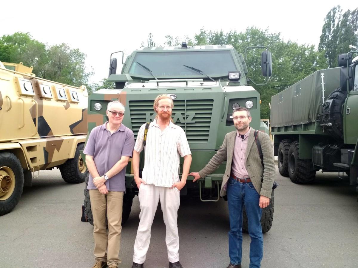 На ПАО «АвтоКрАЗ» 26 мая неожиданно приехали известные автомобильные журналисты из Великобритании, которые осмотрели новейшую военную технику.