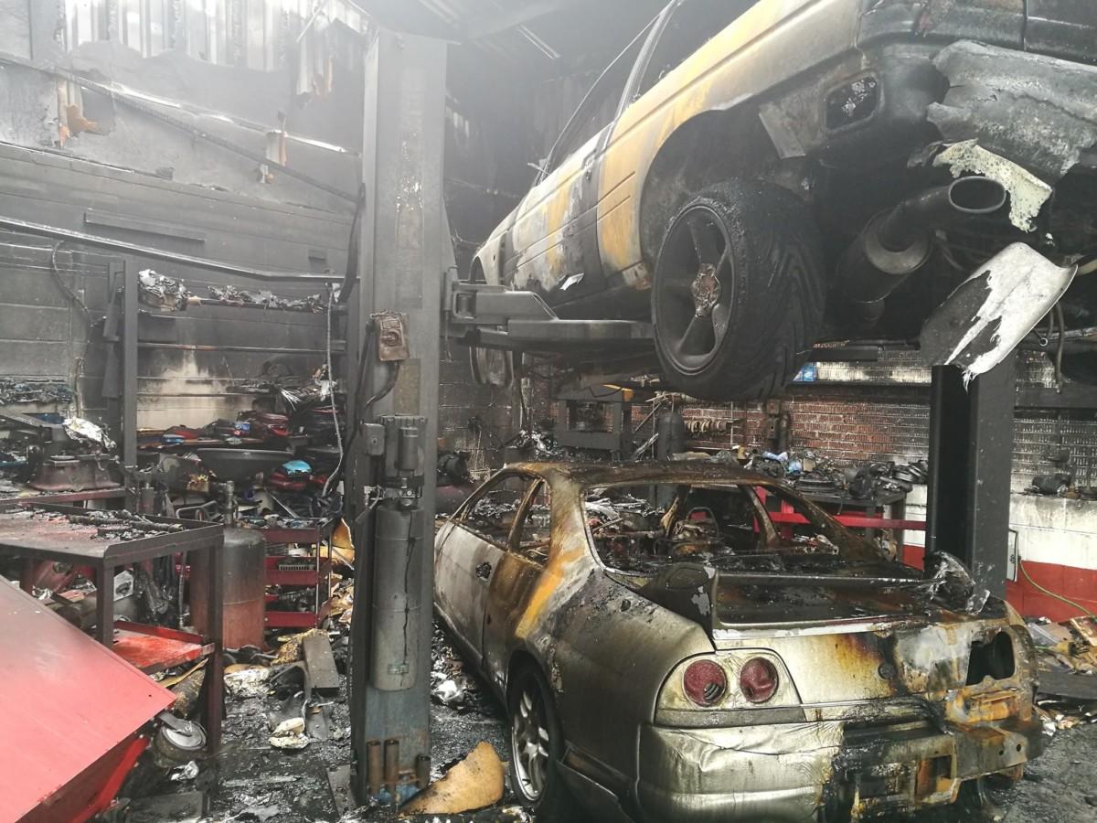В Великобритании сгорело тюнинг-ателье с дорогими спорткарами