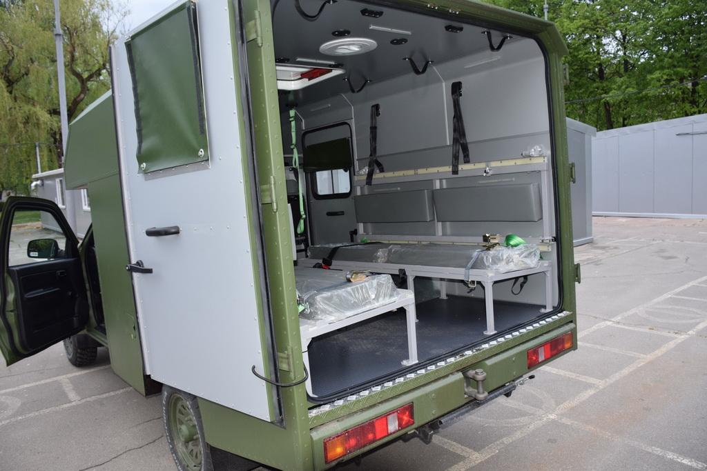 Кузов может вмещать четверо раненных на носилках, либо восьмерых в положении сидя