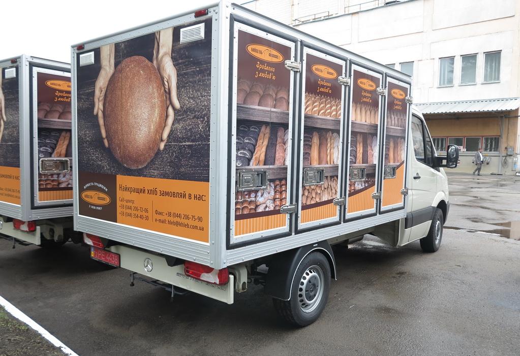 Шасси Mercedes-Benz Sprinter укомплектованы кузовами-фургонами отечественного производства. В каждый фургон помещается 108 лотков для хлеба.