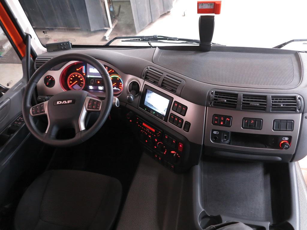 СF в исполнении Silent: прибоная панель с экраном, на который выводится изображение с камеры переднего габарита