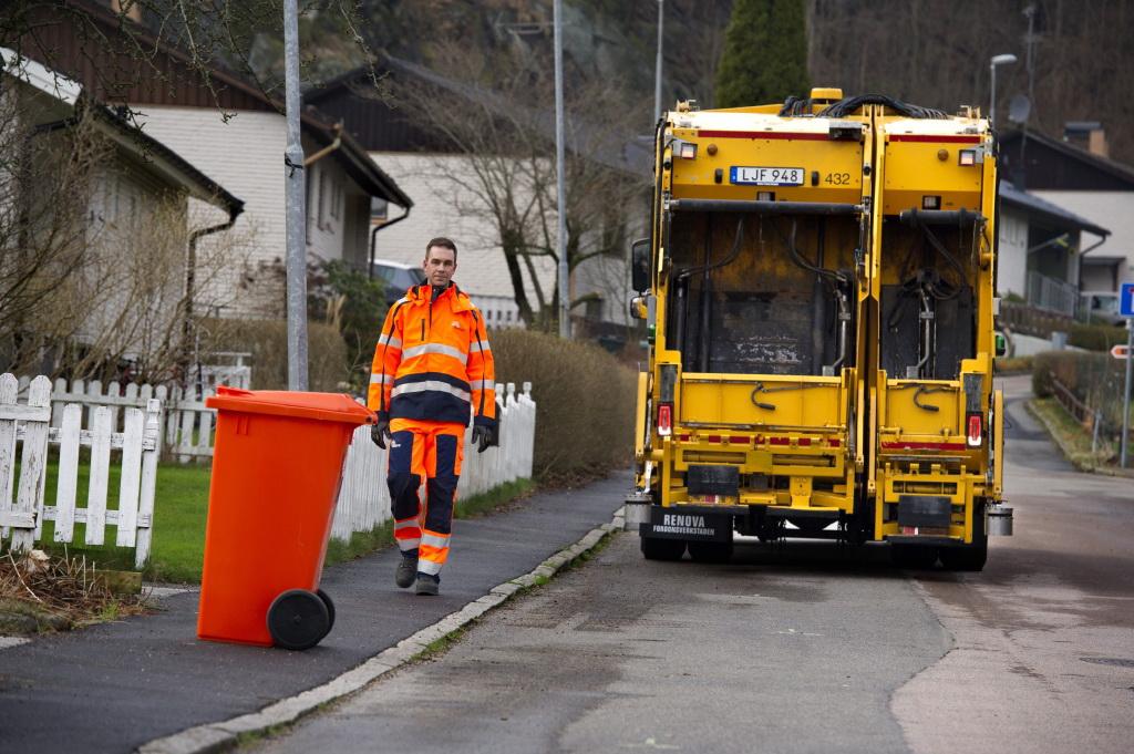грузовик для перевозки мусора с автоматической системой вождения