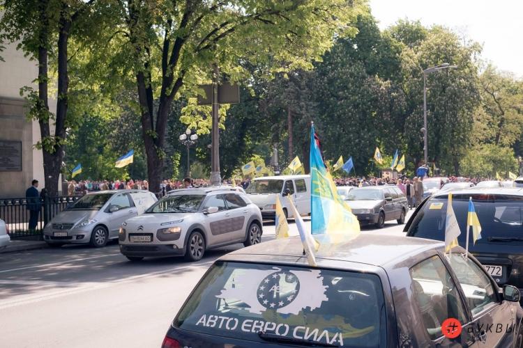 ВКиеве около Рады перекрыли улицу собственники авто синостранной регистрацией