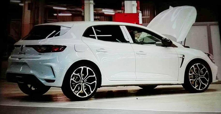 Renault Megane RS 2018 замечен без камуфляжа