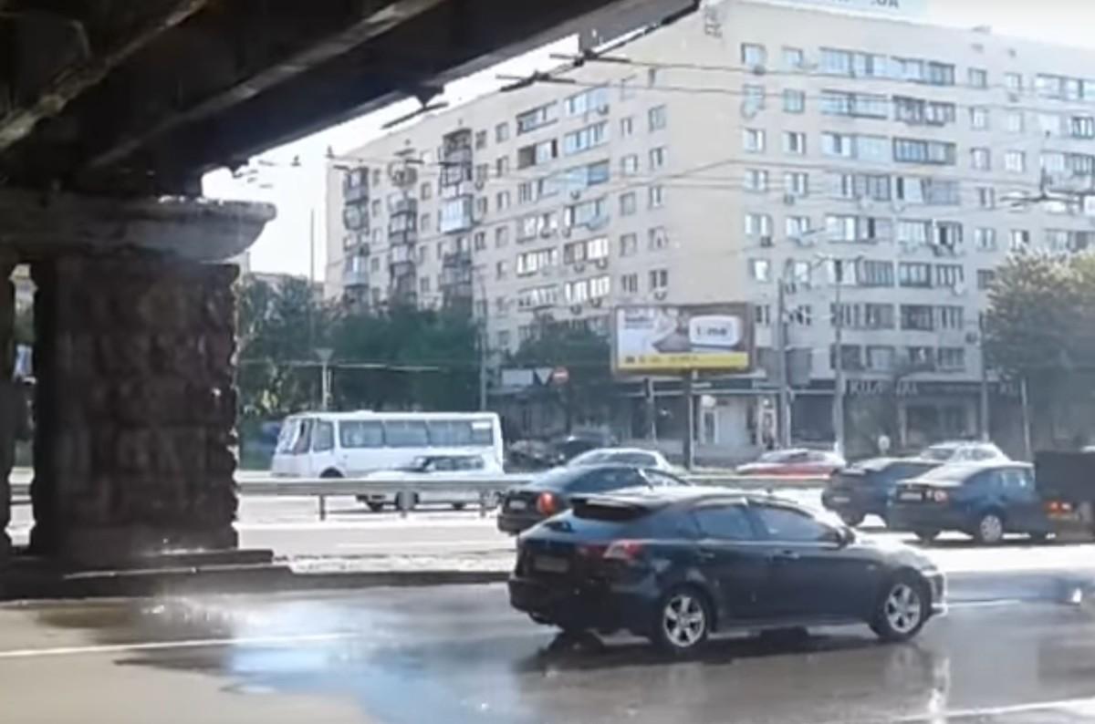 В Киеве потек Воздухофлотский мост