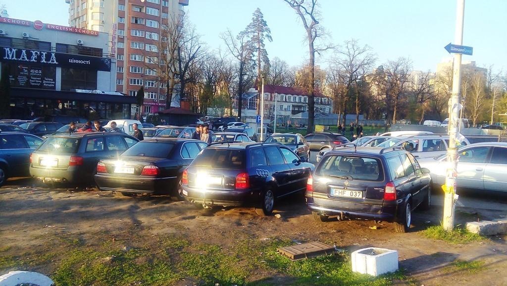 ВКиеве 2-ой день подряд владельцы авто с зарубежными номерами перекрывают Грушевского