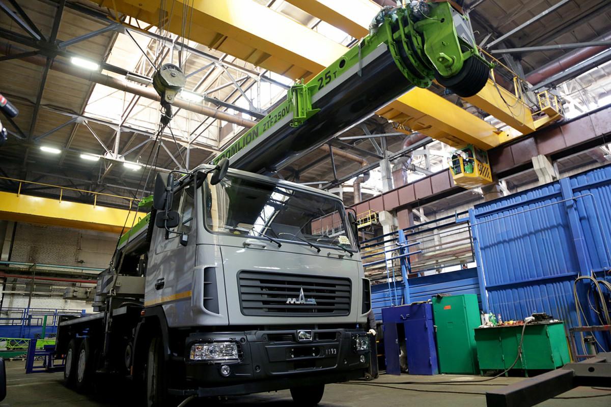На белорусско-китайском предприятии «Зумлион-МАЗ» изготовлен первый автокран, который стал предвестником нового модельного ряда спецтехники, запланированной для выпуска на новом СП.