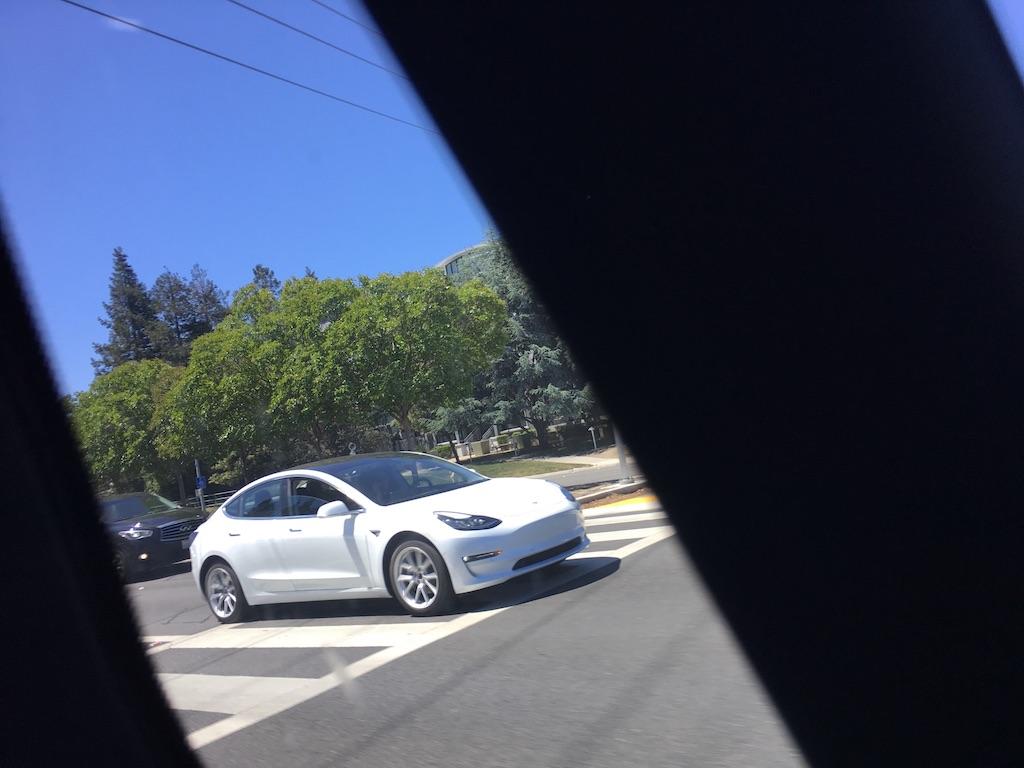 Tesla Model 3 2018: свежие живые фото доступного электрокара Тесла