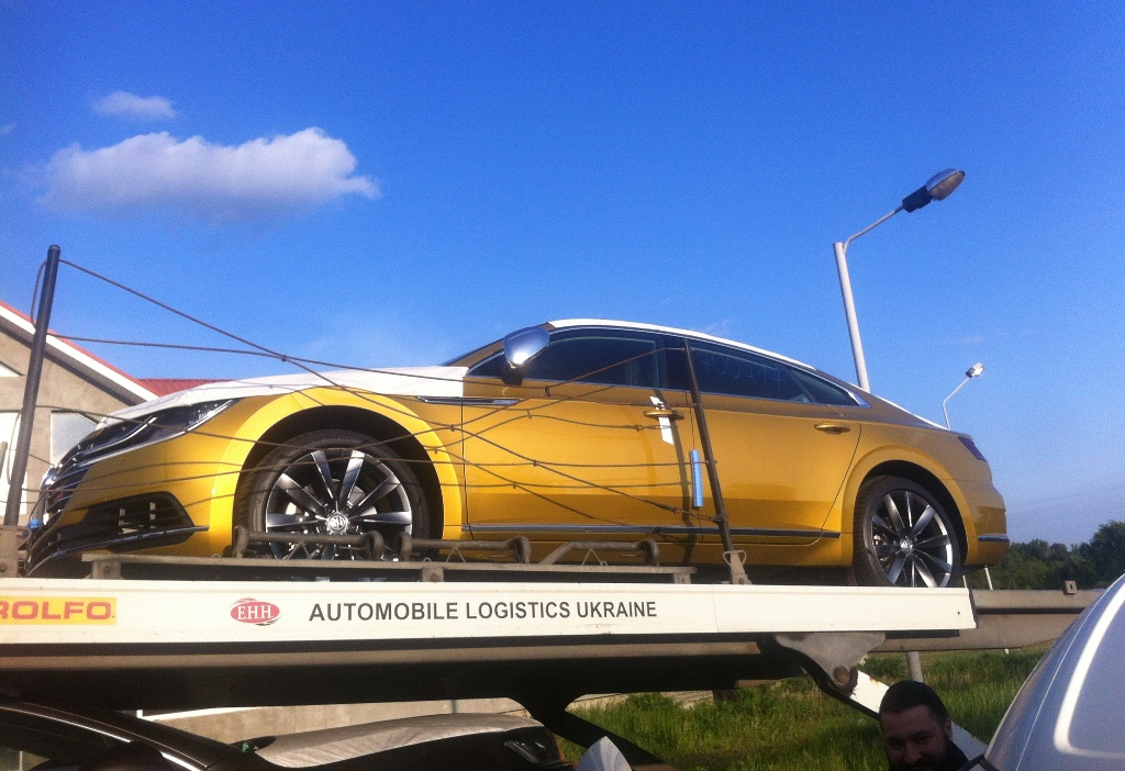 """Volkswagen Arteon возле КПП """"Чоп"""" в Закарпатье. ФОТО: Topgir.com.ua"""