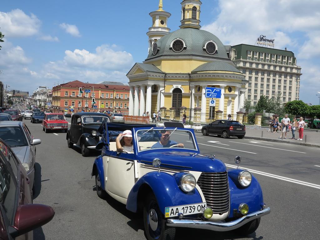 В Киеве прошел парад старинных автомобилей